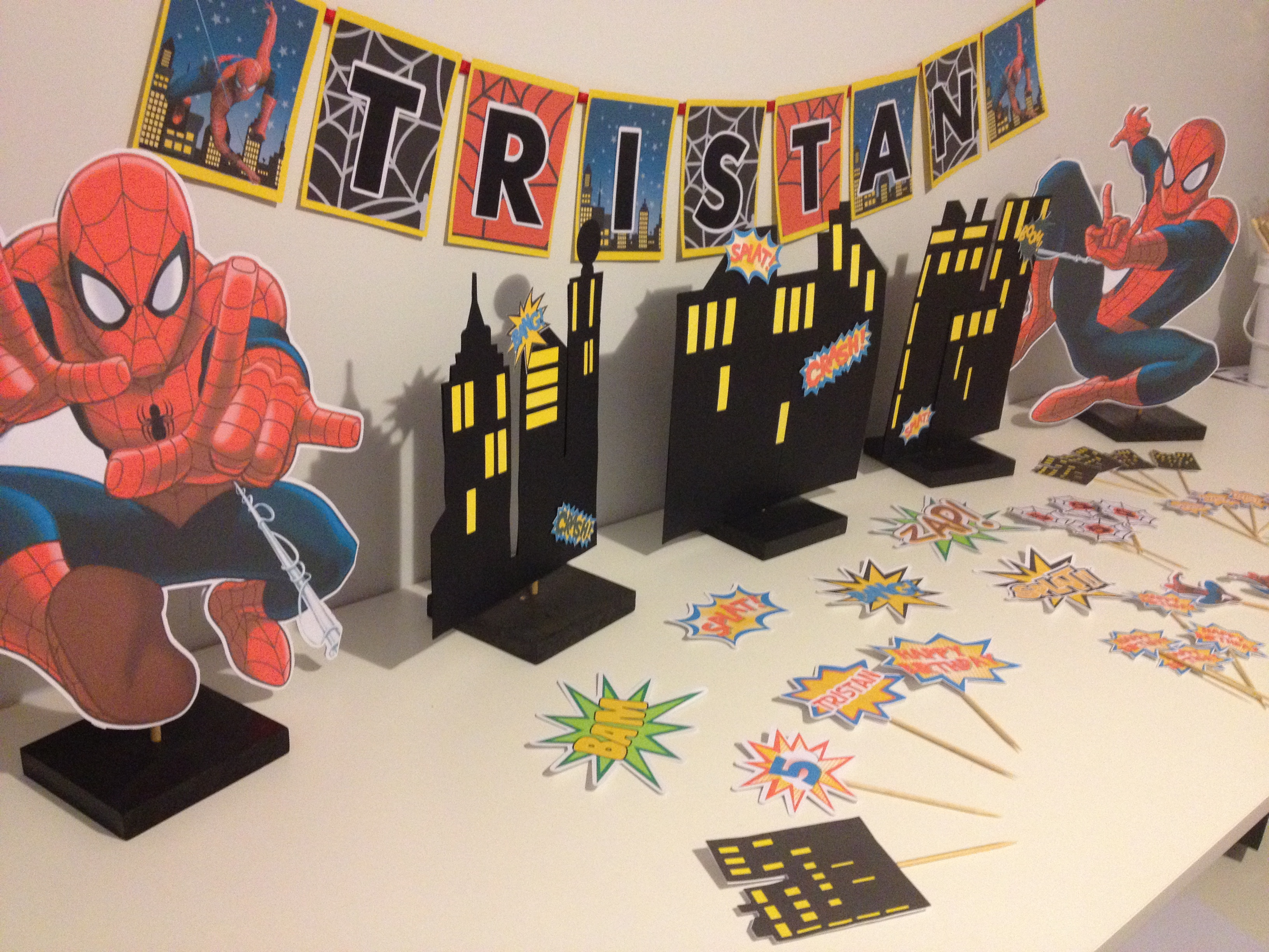 superhero Spiderman birthday party setup and table decoration tutorial & free printables